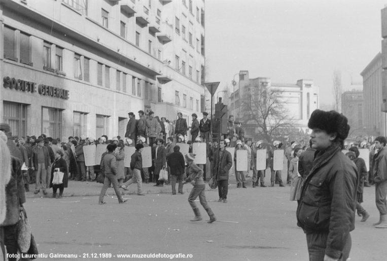 Scutierii in Piata Universitati spre Amb SUA - 21 Decembrie 1989